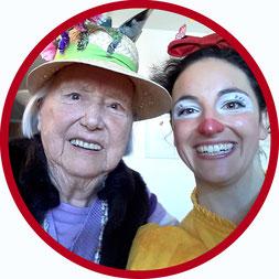 Die Bewohnerin eines Stuttgarter Pflegeheims feiert gemeinsam mit der Clownin Angelina Haug das Leben