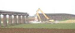 Destruction du rail pour le passage de l'A19