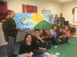 Jugendliche aus Serbien und Kroatien (die Länder waren 1991 bis 1995 noch Kriegsgegner) bei der friedensstiftenden Internationalen Jugendbegegnung 2018 in Neumarkt mit ihrem gemeinsamen künstlerischen Werk, Foto: Sigi Müller/Jugendbüro