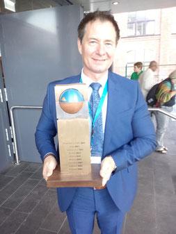 Oberbürgermeister Thomas Thumann mit dem Siegerpokal. Der Hauptstadttitel wird am 6. November in Neumarkt gefeiert.  Foto: Ralf Mützel