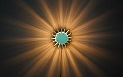 moderne Wandlampe aus Holzlamellen mit atemberaubendem Schattenwurf