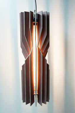moderne desinger Stehleuchte aus Holz Lamellen in der farbe mauve