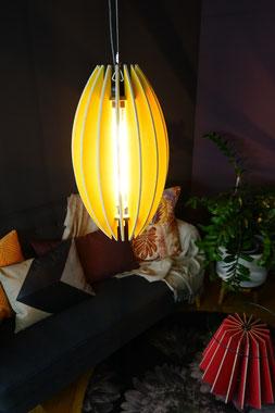 moderne haengelampe aus holz in gelb