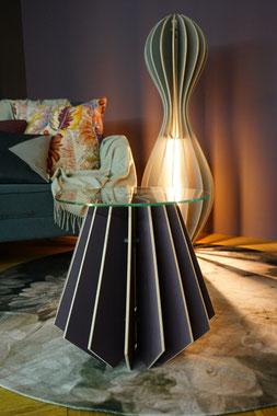 exklusiver Salontisch aus Holz Lamellen und einem Glasaufsatz in der Farbe blau