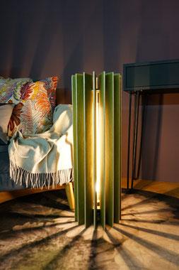 Moderne Stehlampe aus Holz Lamellen in der Farbe grün