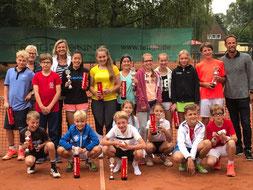 Die Sieger 2017 mit unseren Jugendwartinnen (h.l.) und Vereinstrainer Swen Kowalewski (re)