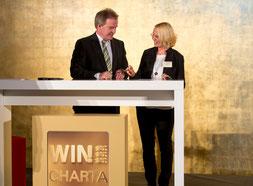 Ulrike Unterwandling und Umweltminister Franz Untersteller bei der Unterzeichnung der WIN-Charta ©Bild: Frank Eppler