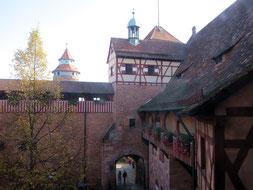 Kaiserburg Nürnberg, innerer Burghof mit Palas und Wehrmauer