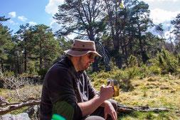 Dominic genießt die letzte Pause mit seinem Riesenhäferl.