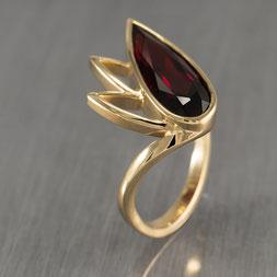 Ring in Gold, Schmuck, Handarbeit, Unikat, Einzelstück, Goldschmiede Backhaus,  John-Michael Mendizza, Granat, Gelbgold 585