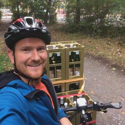 Fabian Rajtschan beim Ausliefern der Weine mit dem E-Bike