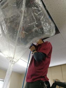 天カセエアコンクリーニング 高圧洗浄中