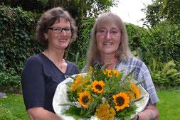"""Andrea Beckdorf (links) begrüßt Christiane Harms aus Ottensen als 500. Landfrau im Verein """"Auf dem Delm""""."""