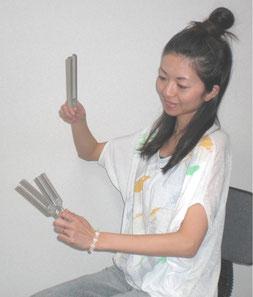音叉ヒーリング講座でレクチャーする日本音叉ヒーリング研究会の代表