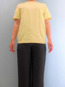 マッサージを受けるときのTシャツとズボンに着替えた写真
