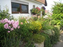 reich blühende Blumen und Stauden in einem natürlichen Garten  Foto: NABU Römerstein