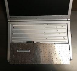 キーボードを貼りつけるために両面テープを貼る