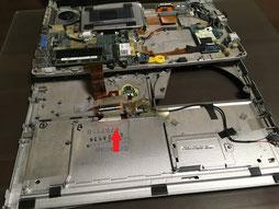 トップカバーを外してキーボードのケーブルを本体のコネクタにつなぐ