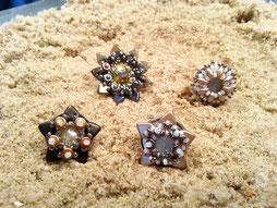 Gefädelt aus kleinen Perlen - die beiden unteren sind vergeben