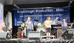 Schüler musizieren auf der KMA-Bühne. Foto: Helga Karl
