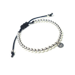 Armband mit Silberperlen und Stempelplättchen Initial Herz Buchstabe und Makramee Verschluss