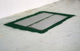 Matthieu van Riel. Zonder titel 155x220x0,2cm pigment en metaalplaten op vloer 1987