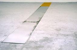 Matthieu van Riel. Zonder titel 680x60x0,2cm pigment en metaalplaten op vloer 1987