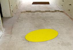 Matthieu van Riel. Zonder titels pigment op vloer 110x110cm (bruin) en pigment op linnen op hout 45x85cm (ovaal, geel) 2018