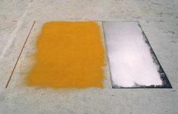 Matthieu van Riel. Zonder titel 170x200x0,2cm pigment en metaalplaat op vloer 1986