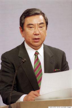 1993年8月4日、慰安婦問題について談話を発表する河野洋平・官房長官