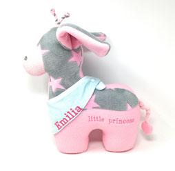 Süße Giraffe als Namenskissen mit aufgestickten Namen und Halstuch. In rosa mit türkisen Halstuch