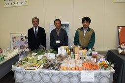 MOAインターナショナルの有機野菜即売コーナー