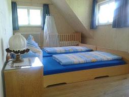 Schlafzimmer mit zwei Betten + Kinderbettchen