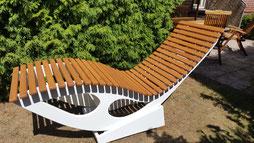 Stufenlos verstellbarer Liegestuhl aus Multiplexplatte und Lärche