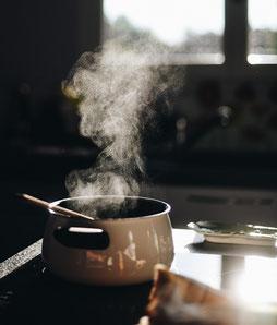 Durch Kochen gelangt Wasser als Wasserdampf in die Raumluft.