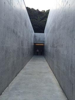 李禹煥美術館のアプローチ(三本目の通路)