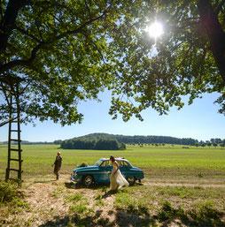 Brautpaar mit Oldtimer am Waldrand bei Dresden - Hochzeitsreportagen mit Hochzeitsfotograf Dirk Brzoska aus Leipzig Fotograf Dirk Brzoska aus Leipzig www.dirk-brzoska.de