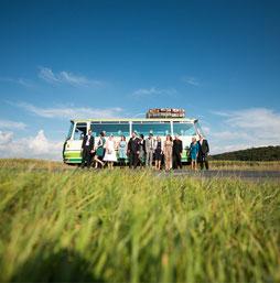 Gruppenfoto vor einem Oldtimer Bus - Hochzeitsreportagen mit Hochzeitsfotograf Dirk Brzoska aus Leipzig  www.dirk-brzoska.de