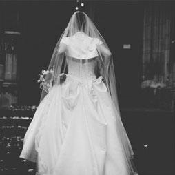 Braut im Brautkleid vor Thomaskirche in Leipzig - Hochzeitsreportagen mit Hochzeitsfotograf Dirk Brzoska aus Leipzig Fotograf Dirk Brzoska aus Leipzig www.dirk-brzoska.de
