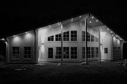 Weißes Architektenhaus bei Nacht - Blockhaus - Einfamilienhaus - Wohnblockhaus - Finnisches Einfamilienhaus - Massivholzhaus - Traumhaus - Holzhaus - Blockhausbau - Ökohaus - Individuelle Planung - Blockhausbauer