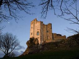 Roch Castle im Dämmerlicht von außen