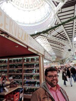 Bati Bordes junto a la tienda de cervezas del Mercado Central de Valencia