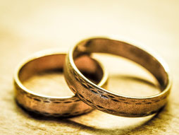 Hébreux 13 :4 : « Que tous respectent le mariage ; ne souillez pas votre union, car vous savez que Dieu punit les impurs et les adultères. » La Bible condamne clairement l'adultère.