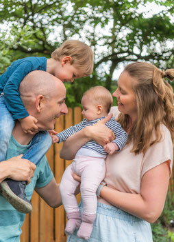 Familienfoto im Garten zu Hause