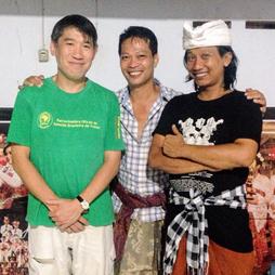 写真中央:ブダ氏、右:チャプン氏