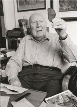 Fred McDonald betrachtet eine Scherbe