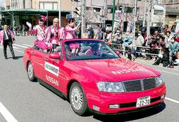 親善都市岡崎市の桜まつりでパレードに参加したミス八重山ら(市観光交流協会提供)