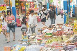 公設市場の商店街。石垣市は中小企業振興条例案を市議会に提案している(資料写真)=2013年8月撮影