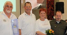 Schatzmeister Karl-Heinz Piel, Präsident und 1. Vorsitzender Udo Beyers sowie die bisherige Schriftführerin Ingrid Vogt und ehemaliger Gästebetreuer Walter Andes