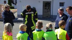 Übungsstunde der Bambinis zur Ausrüstung eines Feuerwehrmannes